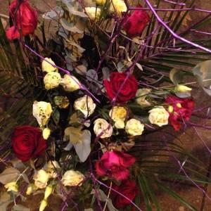 Groot boeket met rozen en paarse takken